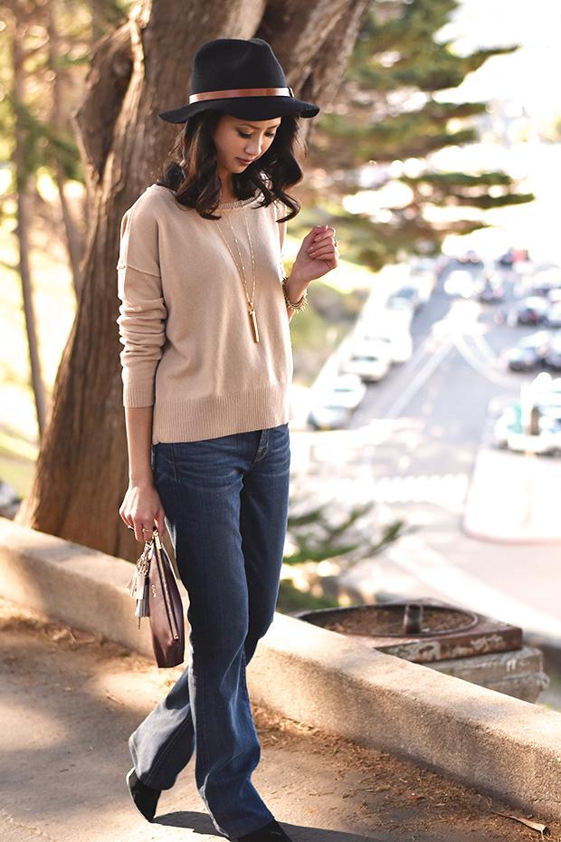 103_01_cuyana_zipper_pouch_sweater_keychain_TheodoraCallum_panama_hat_jbrand_flare_jeans