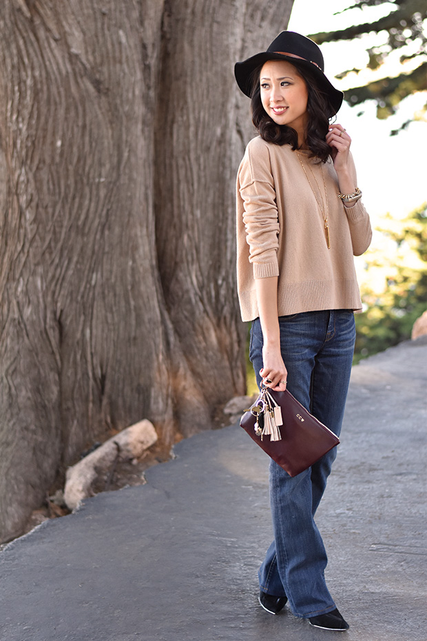 103_04_cuyana_zipper_pouch_sweater_keychain_TheodoraCallum_panama_hat_jbrand_flare_jeans