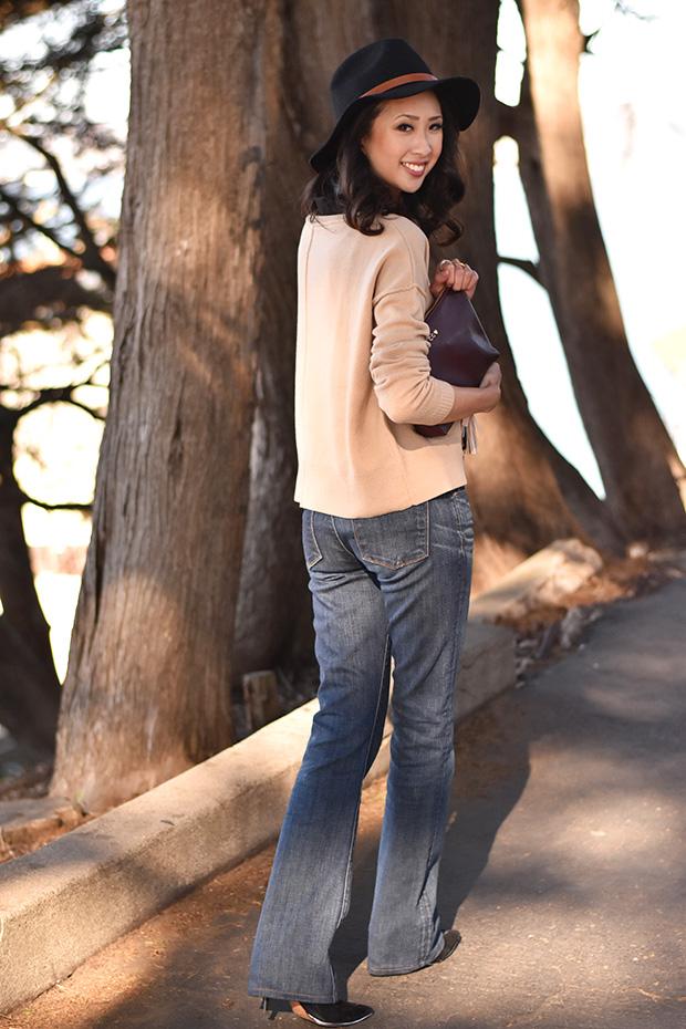 103_09_cuyana_zipper_pouch_sweater_keychain_TheodoraCallum_panama_hat_jbrand_flare_jeans